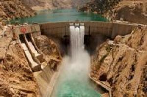 Embaixadores de 14 países estrangeiros no Irã visitam a tecnológica construção de barragens no Irã