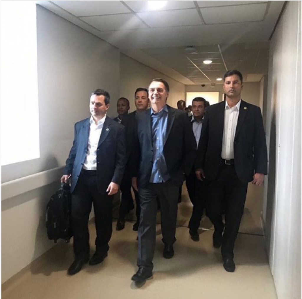 Bolsonaro receives high and post photo at the hospital exit