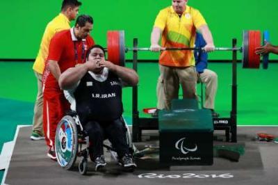 Halterofilista Paralímpicos categoria 107 kg do Irã ganha medalha de ouro no Rio