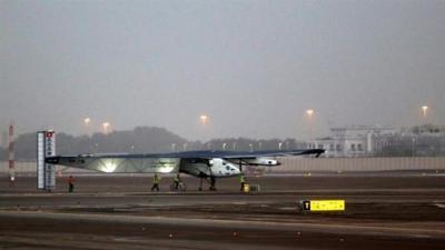 Avião movido a energia solar inicia voo mundial marco