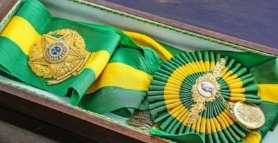 Planalto divulga foto oficial de Bolsonaro com faixa presidencial