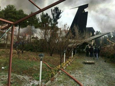 Avião de carga, Boeing 707, cai perto de Teerã e provoca 16 mortes